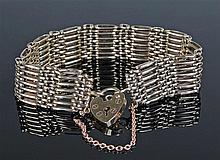 9 carat gold padlock bracelet, the padlock clasp with seven link beams, 25.