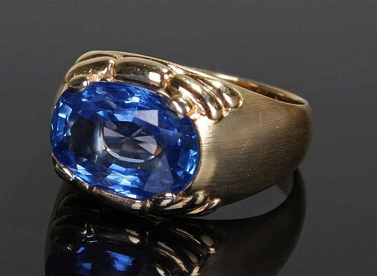 18 carat gold sapphire ring, the sapphire at 5.39 carats on a stepped shank