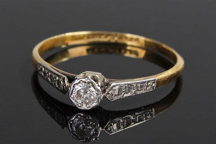 18 carat gold diamond set ring, with a central diamond, ring size M 1/2
