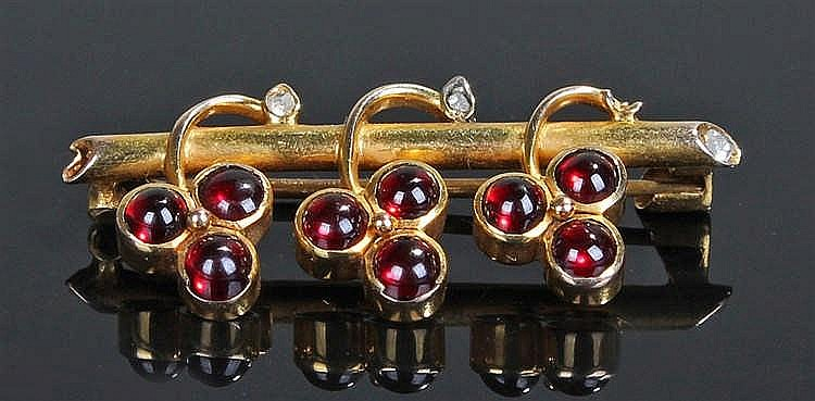 Alfred Tillman brooch, the brooch with a row of garnet grapes from a beam,