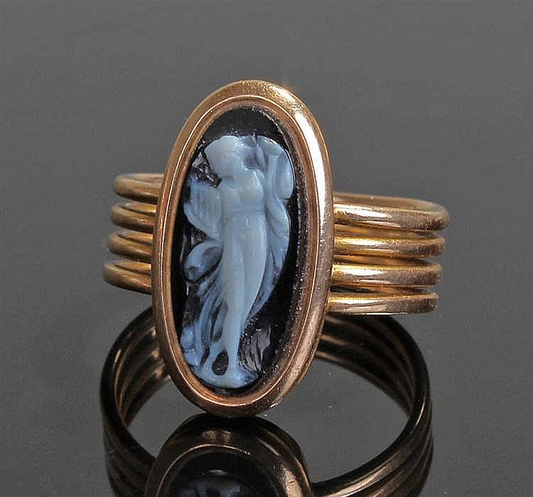 19th Century cameo ring, the glass cameo carved in the form of a classical
