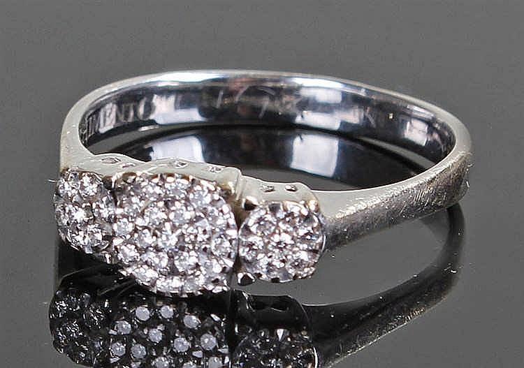 Chimento 18 carat white gold diamond set ring, set with a circular diamond