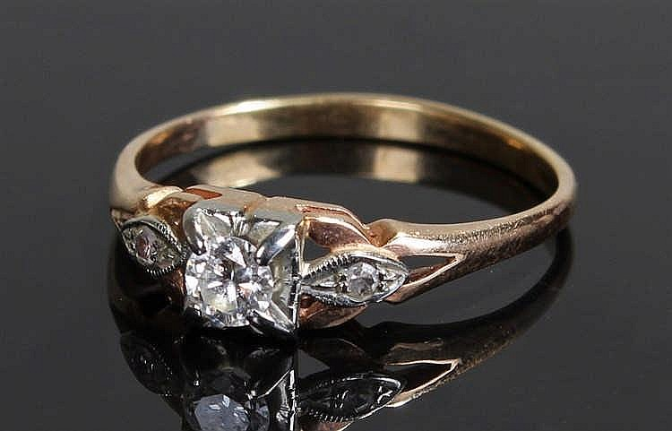 18 carat gold diamond set ring, set with a diamond to the head and shoulder
