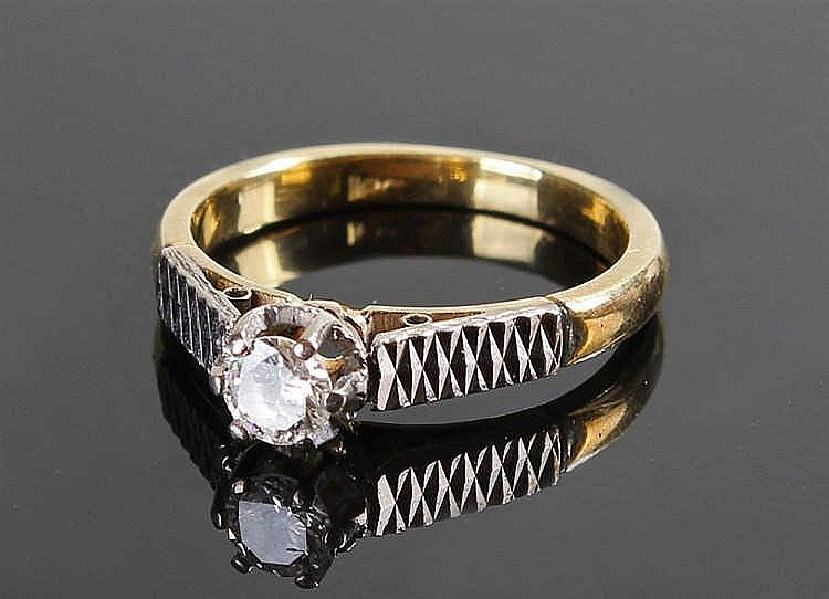 18 carat gold diamond ring, the diamond at approximately 0.20 carat flanked