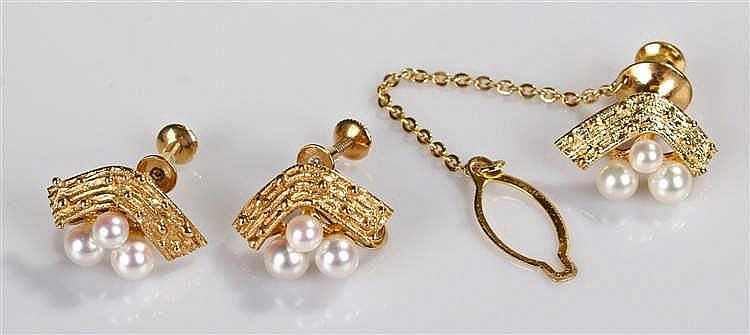 Mikimoto pearl set, consisting of a 14 carat gold tie pin set with three pe