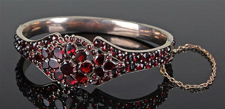 Victorian garnet set yellow metal bracelet, set with 142 garnets of differe