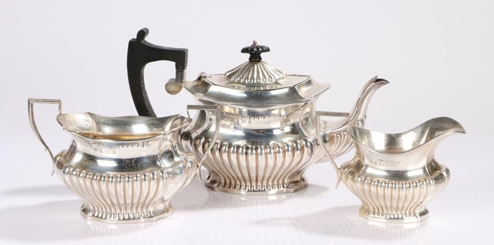 Edward VII silver three piece tea service, Birmingham 1902, maker S Glass, consisting of teapot with