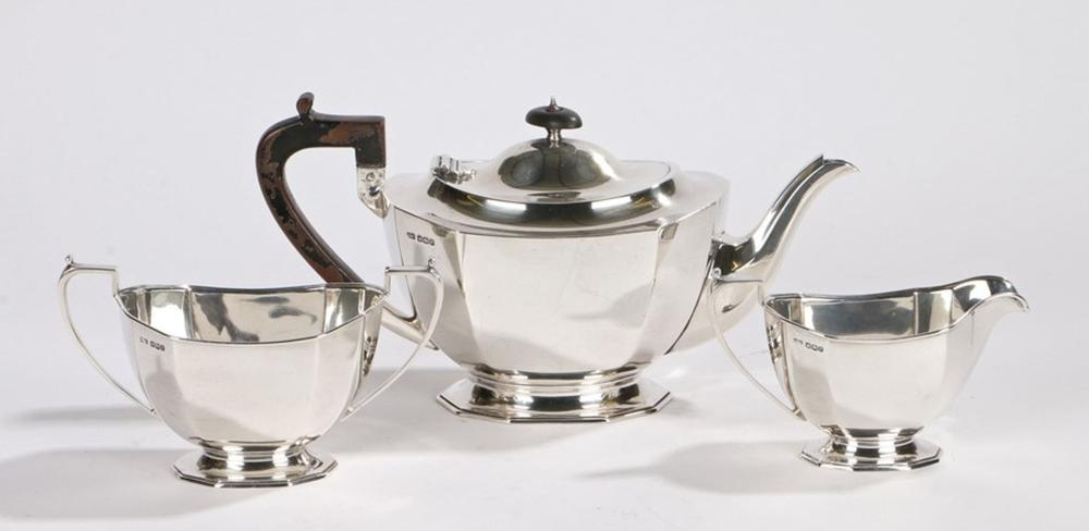 George V silver tea service, Sheffield 1932, maker Frank Cobb & Co Ltd, consisting of teapot with eb
