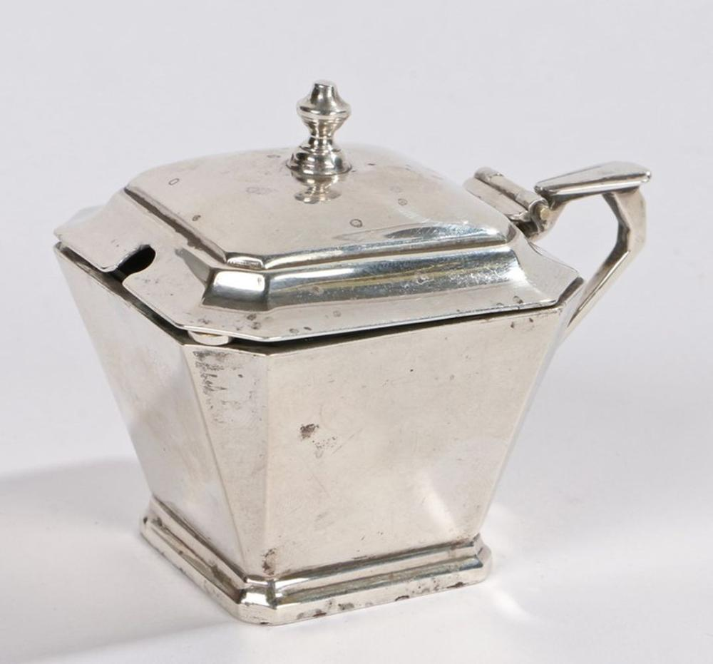 George V silver mustard pot, Birmingham 1930, maker William Neale & Son Ltd, with shaped finial to t