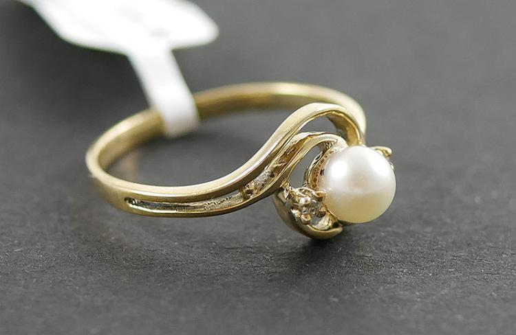 10K DIAMOND AND PEARL RING