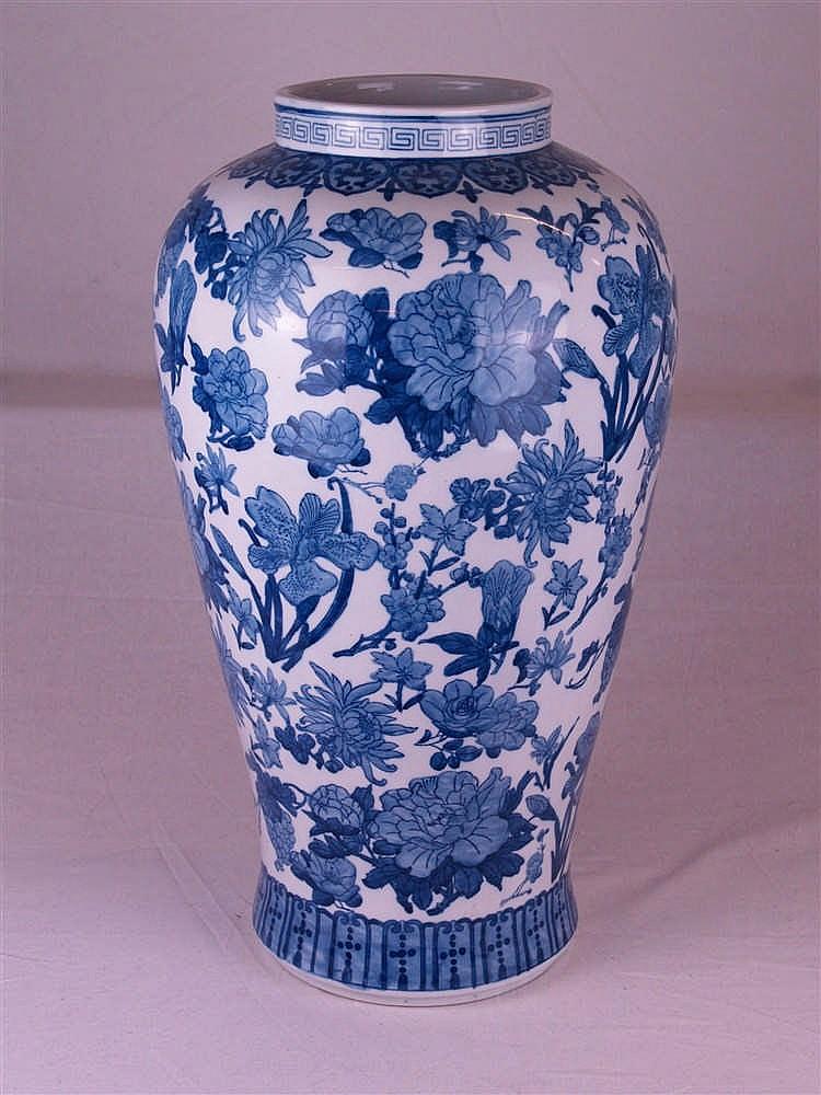 vase balusterform blau wei dekor im ostasiatischen stil u. Black Bedroom Furniture Sets. Home Design Ideas