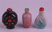 Snuff Bottles - China, 3 pieces: 1x metal body with red clasp, on one side