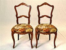 Paar Stühle - Holz lackiert, floraler Schnitzdekor, gepolsterter Sitz mit B
