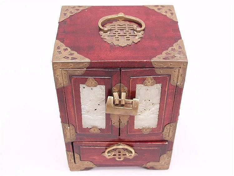 schmuckschatulle china 20 jhdt rot lackiertes holz mit. Black Bedroom Furniture Sets. Home Design Ideas