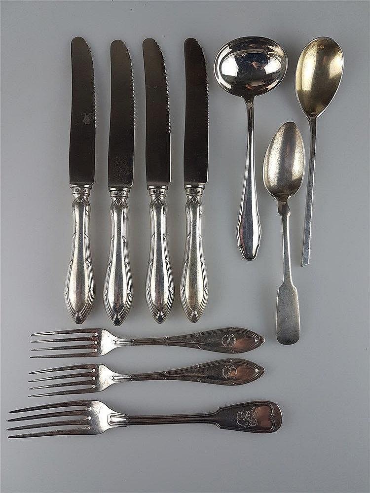 Konvolut Silber - 10-tlg: 4 Messer von Friodur Zwilling - 800er Silber gestempelt, gepunzt, Reliefstruktur, ''S'' eingraviert; 2 kleine Silbergabeln - 800er Silber gestempelt, gepunzt, Reliefstruktur, ''S'' eingraviert Gesamtgewicht: ca.95g; Große