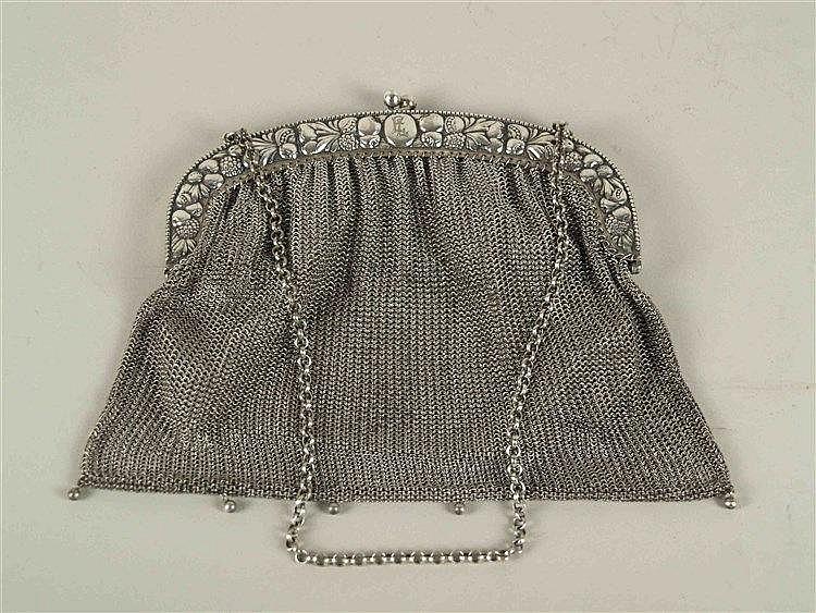 Jugendstil Theater-/Kettentasche - reliefierter Bügel mit Obstgirlanden, gestempelt Alpacca,innen ausgekleidet mit feinem Leder,Maße ca. 16 x 17cm, Kettenlänge ca.40 cm,Gebraauchsspuren