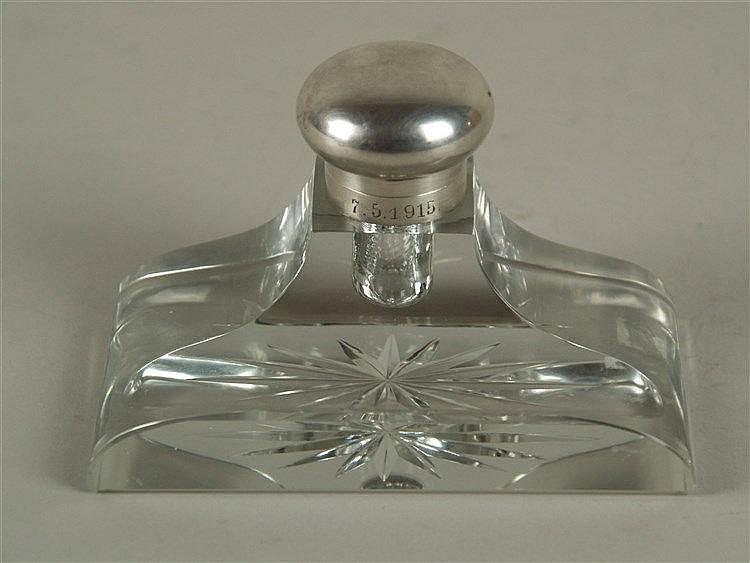 JS-Tintenfass mit Silbermontur - Kristallglas facettiert,im Boden Sternschliff, Silbermontur mit Scharnierdeckel gestempelt 800,datiert 7.5.1915,H/B.ca.8/13 cm,min.Gebrauchsspuren