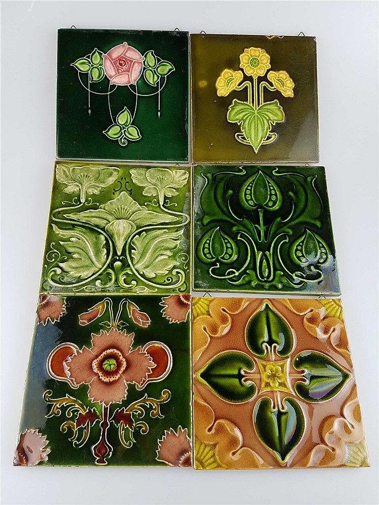 6 Jugendstil-Kacheln - Keramik, mit floralen Motiven, Glasur krakeliert u. partiell lt. best., 1x Belgien/Hersteller ''H'', z.T. aus England, ca.15x14,8 bis 15,5x15,5 cm