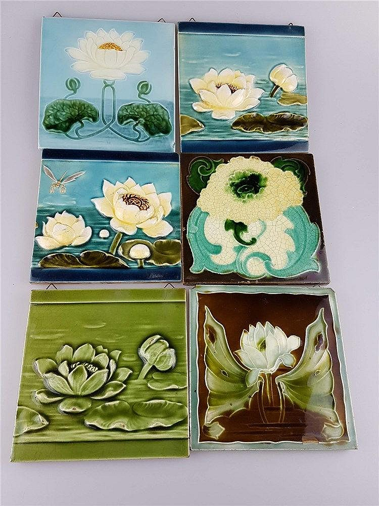 6 Jugendstil-Kacheln - Keramik, Lotusblüten auf versch. Blautöne, Glasur krakeliert, 1xKachel an zwei Ecken best., z.T. aus England, ca. 15x15 cm