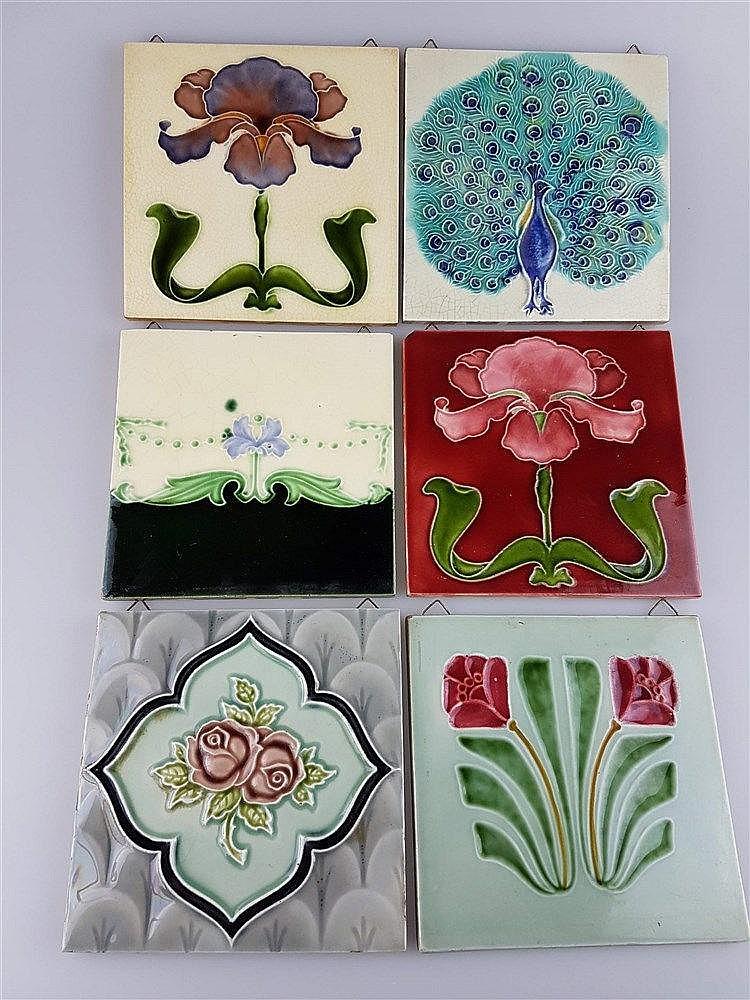 6 Jugendstil-Kacheln - Keramik, mit versch. Motiven, Glasur krakeliert u. partiell lt.best., z.T. aus England, ca. 15x15 cm bis 15,3x15,3cm