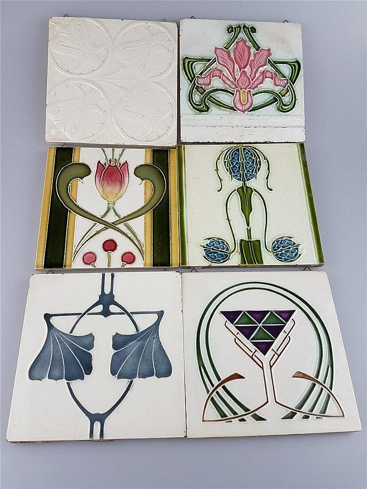6 Jugendstil-Kacheln - Keramik, mit Ornamentmotiven, Glasur krakeliert u. partiell lt.best., z.T. aus England und Belgien, u.a. Sacavem, ca.14,7x14,7 cm bis 15,3x15,3cm