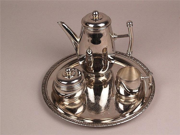 Tee- und Kaffeservice - versilbert? 4-tlg: Tablett graviert, D.ca.25cm, Kratzspuren; Kanne mit Deckel und Griff in T-Form, H.ca.14cm; Milchkanne mit Griff in T-Form, H.ca.6cm; Zuckerdose H.ca.7,5cm