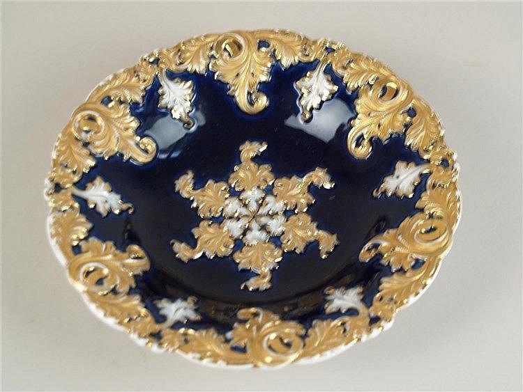 Prunkschale - Meissen Schwertermarke, vergoldeter Reliefrand mit Blattwerk auf kobaltblauem Fond, Gold z.T. berieben,D.ca.27,5 cm