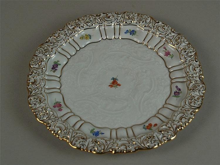 Prunkteller - Meissen Schwertermarke, versch.farbige Streublümchen, Reliefdekor aus Blütenranken, Goldrand, D ca. 26,5 cm