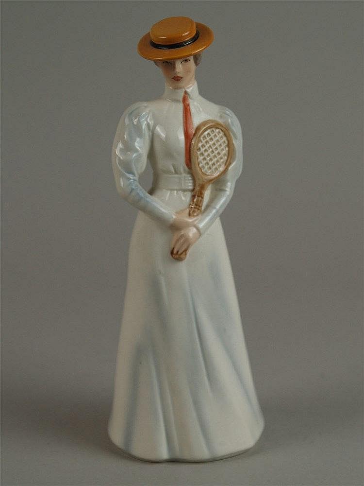 ''Center Court 1903'' - Goebel, Dame im weißen Kleid mit Tennisschläger,partiell farbig staffiert,Bodenmarke, H.ca.21,5 cm