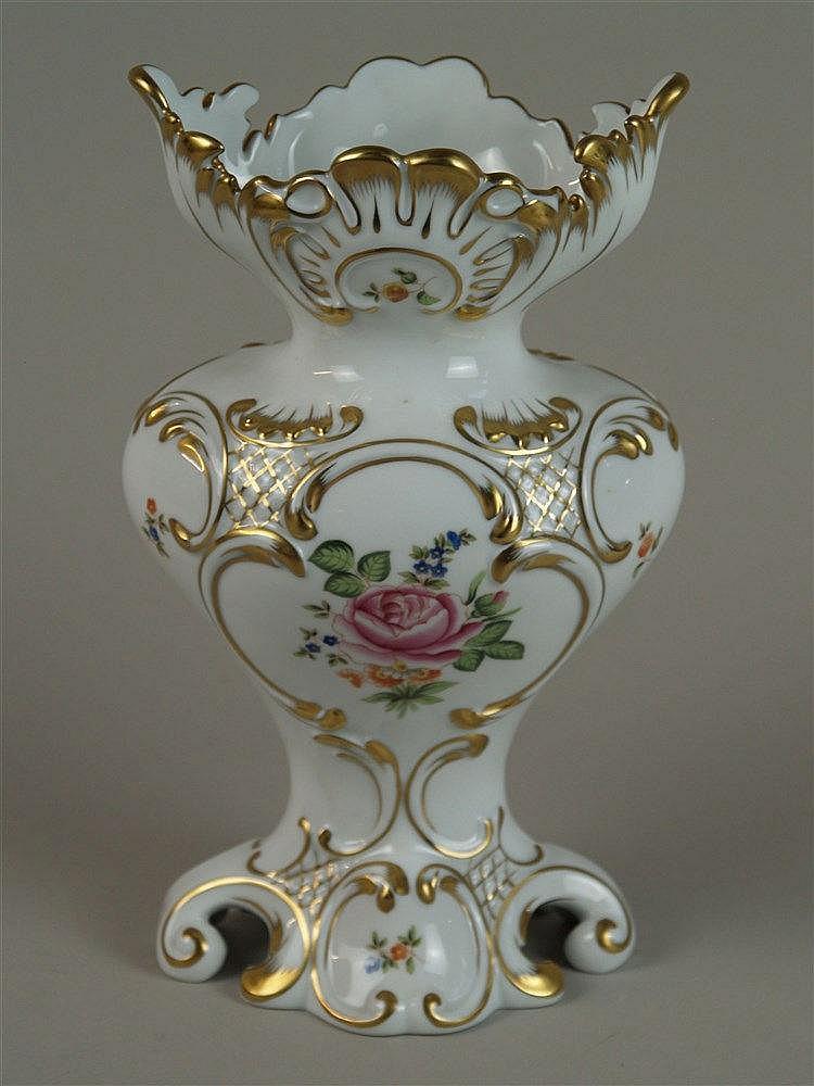 Vase - Herend, mit bunter Bemalung und Goldstaffierung, im barocken Stil, rocailierter Rand, handbemalt, H ca. 27 cm