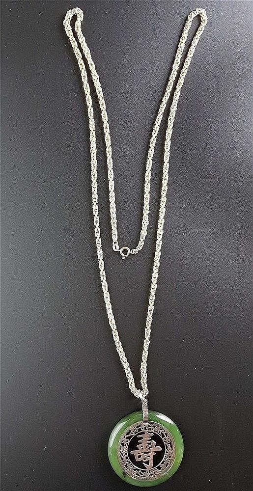 ''Shou''-Anhänger an schmaler Königskette - grüner Jadering mit eingesetztem durchbrochen gearbeitetem ''Shou-Zeichen''(chin.Glückssymbol=''Langes Leben'').L.ca.5,3cm,versilbert,an vergoldeter Silberkette gestempelt 925,L.ca.88cm,Gew.ca.37,6g