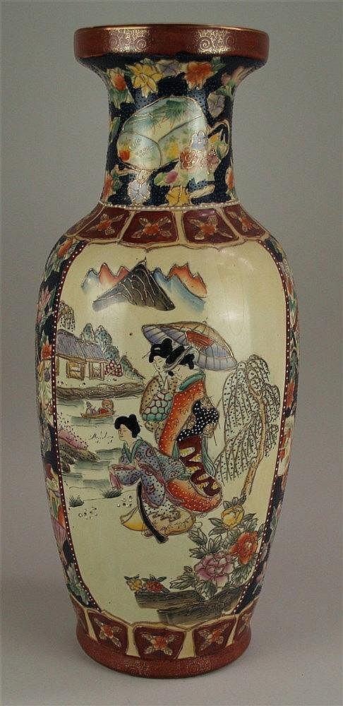 Große Balustervase - Japan, 20.Jh., polychrome Bemalung im Satsuma-Stil, floraler Dekor mit Fächermotiven,Szenen mit Damen in Landschaft, H.ca.62cm, D.ca.18cm