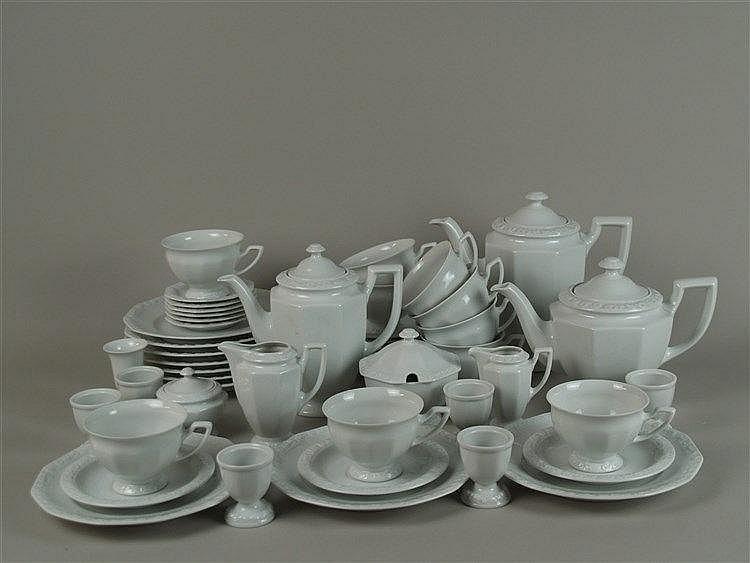 Frühstücks-Service - Rosenthal ''Maria Weiß'', 50-tlg. bestehend aus 2 Kaffeekannen, 1 Teekanne, 1 kl.Blumenvase, 2 Zuckerdosen, 2 Sahnegießern, 6 Eierbechern, 6 kl. Tellerchen, 10 Tassen, 10 Untertassen, 10 Frühstückstellern