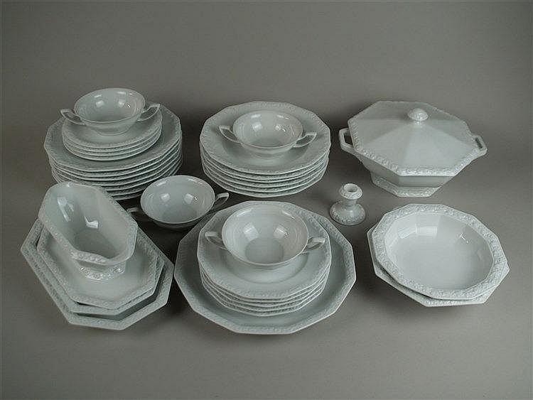 Speiseservice - Rosenthal,30-tlg. bestehend aus 1 Kuchenplatte, 1 Suppenterrine, 1 Sauciere, 2 Schalen, 2 Platten, 4 Suppentassen mit Untertellern, 5 Salattellern, 6 tiefen Suppentellern, 7 Esstellern