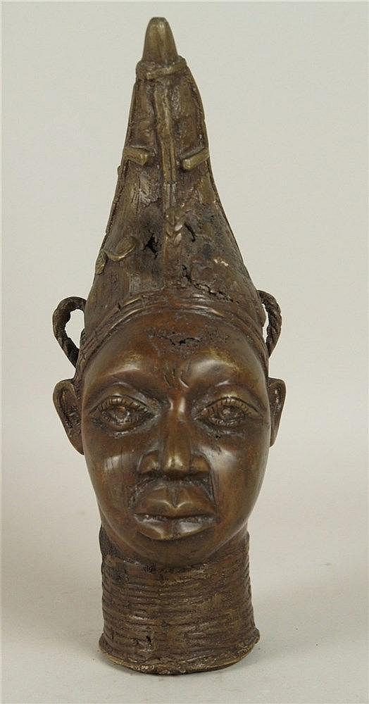 Bronze-Kopf - Benin/Nigeria,detailliert ausgearbeiteter Kopf einer Königinmutter mit spitz zulaufendem Kopfputz und Halsringen,Gelbguss-Bronze mit brauner Patina,hohl gegossen,kl.Gussfehler,Altersspuren,H.ca . 26,5cm