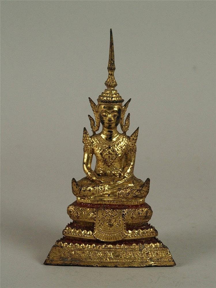 Buddha Shakyamuni - Thailand 19.Jh.,Bangkok-Stil,Bronze mit Vergoldung und Rotlack,Buddhafigur im Meditationssitz auf getrepptem Lotusthron,spitz zulaufendes Ushnisha,üppig ziseliert,offen befüllter Boden,verso Befestigungsösen,H.ca.21cm