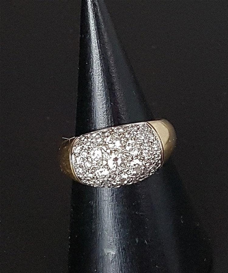 Diamantring- Gelbgeld gestempelt 585,Ringkopf ausgefasst mit Diamanten im Brillantschliff, zentral 7 größere Brillanten von zusammen ca.0,5ct.,ca. 5,5 g,Dm.ca.17,5cm