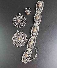 Konvolut Filigransilber/Koralle - 4-tlg., bestehend aus fünfgliedrigem Armband(L.ca.18,5cm),zwei blütenförmigen Anhängern (Dm.ca.4/4,5cm) und 1 Ring ca.18mm,üppig verziert,Besatz mit Korallecabochons,Ges.Gew.ca.53g,lt.Trage spuren