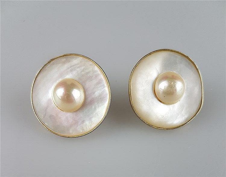 Paar Ohrstecker - runde Form mit je 1 Mabé-Perle und Perlmutt,mit Clip-Befestigung,Dm.ca.4cm,1 Ohrstecker mit rückseitiger Perlmuttabsplitterung