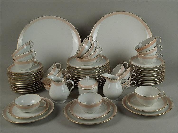 Kaffee- und Teeservice - KPM Berlin,zum Teil 1940er Jahre,65-tlg.:bestehend aus 1 Teekanne in Urbino-Form(H.ca.23cm),1 Kaffeekanne(H.ca.20cm),2 Milchgießern,1 Zuckerdose, 10 Kaffeetassen und Untertassen,11 Teetassen und 14 Untertassen, 13