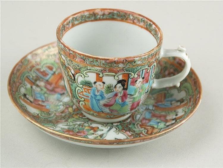 Tasse mit Untertasse - China,Ende 19.Jh.,polychromes ''Rose Medaillon''-Dekor in Emailfarben,Stand uneben,Altersspuren