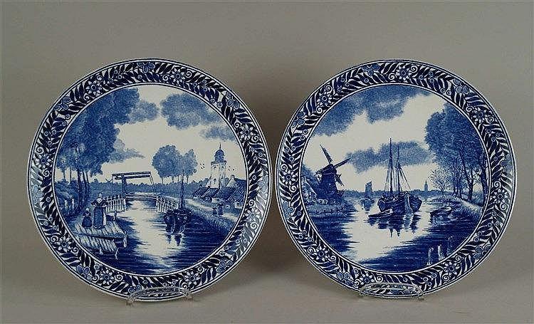 Paar Wandteller - Delft, versch. Szenen am Fluss, typischer blau-weißer Dekor, D ca. 28,5 cm