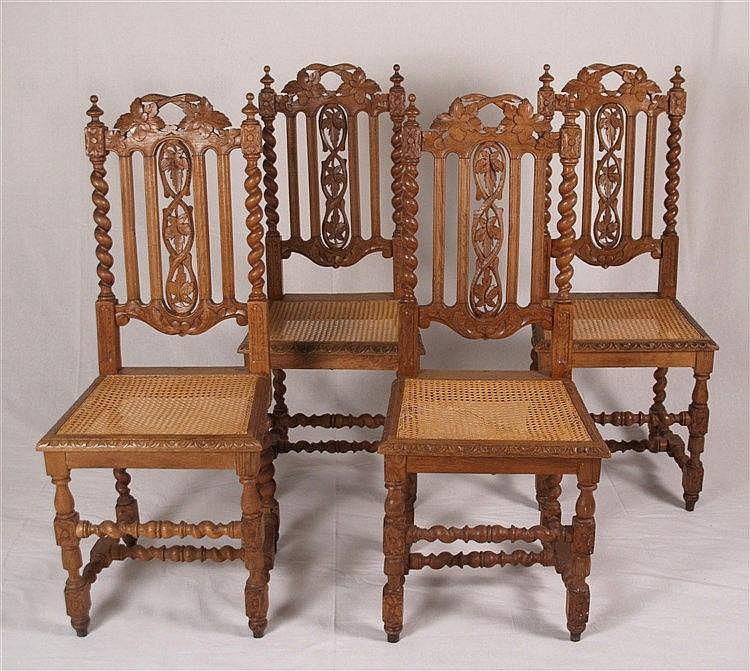 Satz von vier Stühlen - durchbrochene Rückenlehne mit Weinblattdekor,seitlich gewundenen Säulen und giebelförmigem Abschluss,auf vier entsprechend gedrechselten Beinen verbunden durch Balusterzargen, trapezförmige Sitzfläche mit