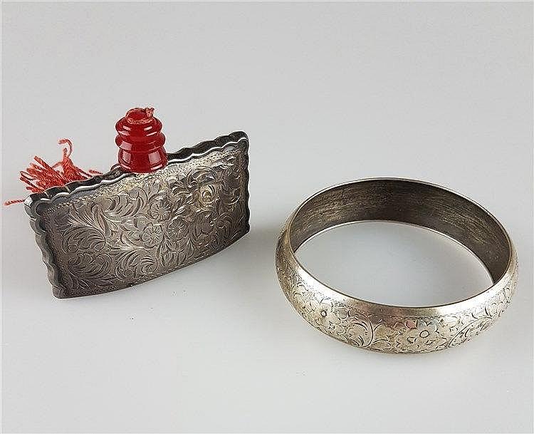 Konvolut Silber - 2-tlg 1 Armreif (Dm.ca.7cm)und 1 Parfumflakon (H.ca.5cm) floral ziseliert gestempelt 800,Gew.zus.ca.68g