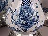 Konvolut ''Altkobalt'' - SKS Edition, ''Maientanz'', handdekoriert,Alt-Kobalt, mit Zertifikaten, blauer Dekor mit Blumen und Maientanz-Szenen, auf Zinnsockel, 4-tlg: Milchkanne, H.ca.18cm; Karaffe mit Korken/Zinn-Verschluß, H.ca.23cm; Bierkrug mit
