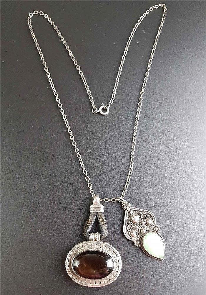 Zwei Silber-Anhänger und -Kette - beide Anhänger gestempelt 925 Silber,tlw, filigran gearbeitet mit Steinbesatz,wohl Indien,zusammen ca.47,5g