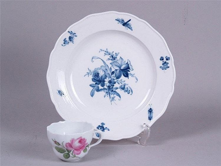 Teller- Meissen blaue Schwertermarke 2. Hälfte 19.Jh.,Dekor:Blaue Rose mit Insekten, D.: ca. 24,5cm,anbei Tasse,Meissen blaue Schwertermarke,2. Hälfte 19.Jh.,Rosendekor