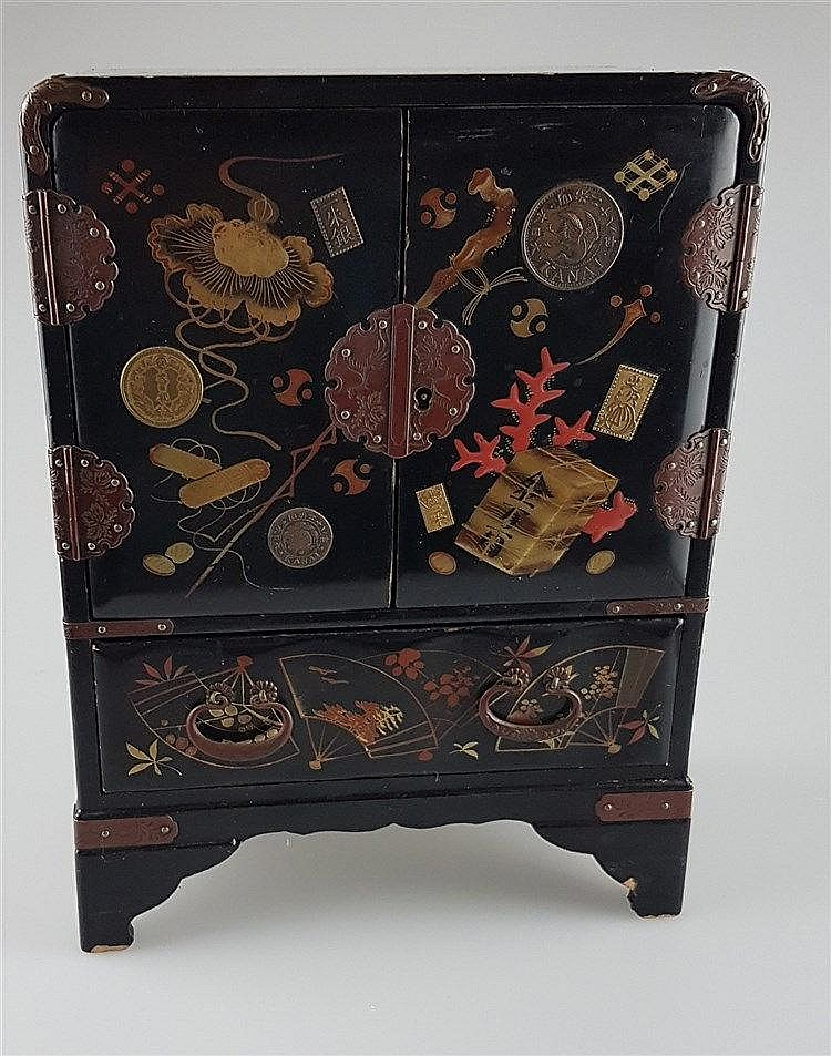 Lackschränkchen - China, hochrechteckiger Holzkorpus, schwarz lackiert, von vier Füßen getragen, zwei Türen, eine Schublade, ca. 28 x 18 x 10 cm