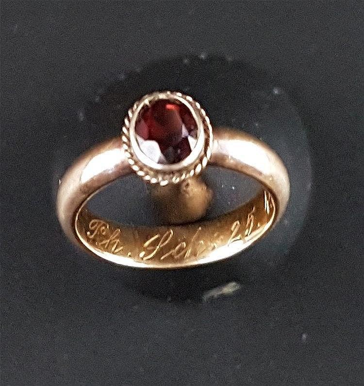 Ring - Gelbgold 585,Ringkopf mit facettiertem Granatstein,Gravur ''Ph.Sch. 25.4.14'',Gewicht ca.4,1 Gramm,Dm.ca.16(!!)mm