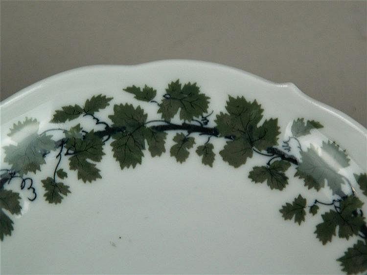 Konvolut Weinlaubdekor - Meissen Schwertermarke,meist 2 Schleifstriche,1 Tasse und 1 Untertasse Pfeifferzeit(3 Schleifstriche),9-tlg: 2 Tassen/7 Untertassen,partiell bestossen,beigegeben 1 Tasse,Dekor ''Rote Rose'',Meissen Schwertermarke